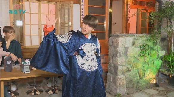 해요TV 핫클립-[B.A.P의 사생활] 세자복 입은 종업과 지목받은 젤로의 '가시나' 댄스