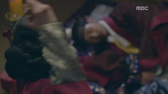 """""""임금이 백성을 죽이면, 어떤 벌을 받는지 보여주마!""""…잠든 융(김지석)에게 비녀 겨누는 가령(채수빈) [26회]"""