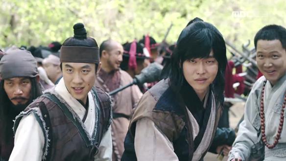 """""""이번엔 우리가 홍 장군을 구하겠소!""""…융(김지석)의 관군 막는 길동(윤균상)과 그를 돕는 백성들 [26회]"""
