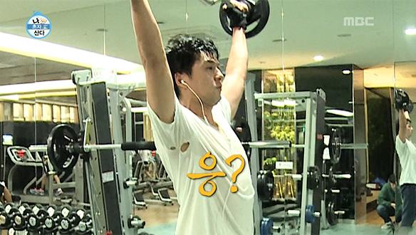 멱살만 잡힌 줄 알았던 이필모의 티셔츠, 겨드랑이도 '구멍 숭숭'…짠내 폭발 [228회]